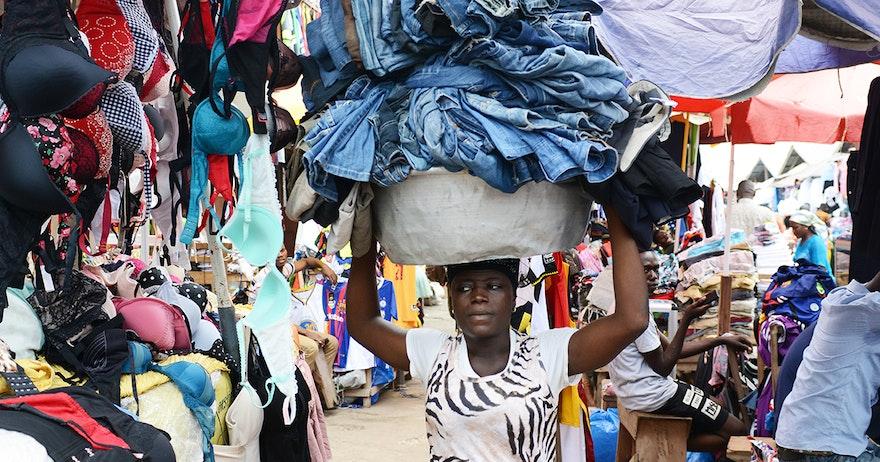 """La historia de """"Dead White Man's Clothes"""": donde las prendas desechadas realmente van..."""
