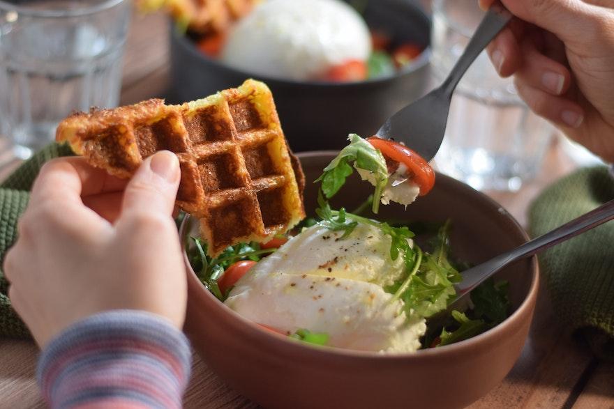 Mozzarella, salade et gaufre sans farine