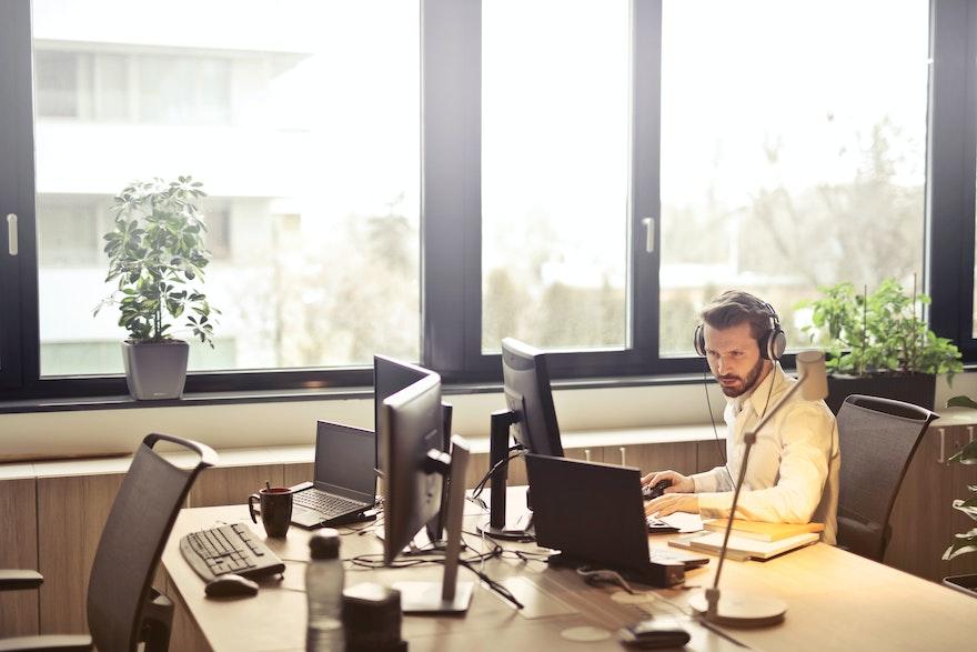 Secteur de l'assurance : 9 cas d'usage de voicebots pour désengorger votre centre de contact